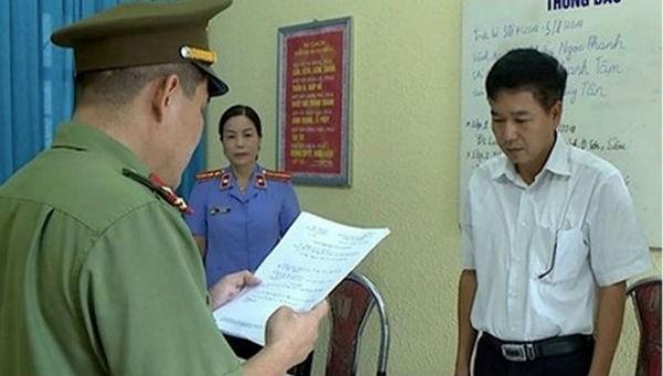 Cơ quan chức năng tống đạt quyết định khởi tố bị can Trần Xuân Yến, Phó giám đốc Sở GD-ĐT tỉnh Sơn La.