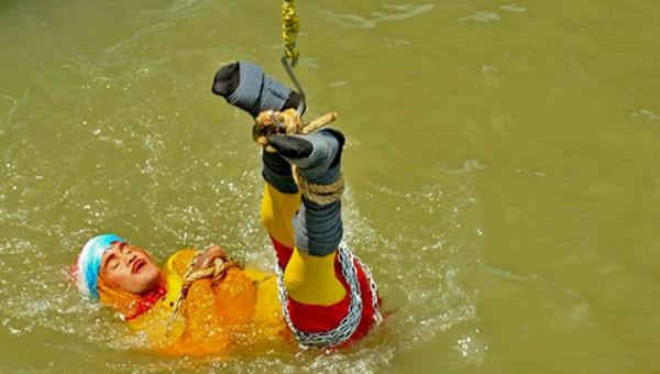 Chanchal Lahiri khi được thả xuống sông để thực hiện màn ảo thuật hôm 16/6