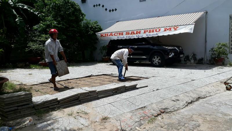 """Cần Thơ: Một cán bộ VKS ngang nhiên sử dụng """"chùa"""" đất dân làm bãi đỗ xe"""