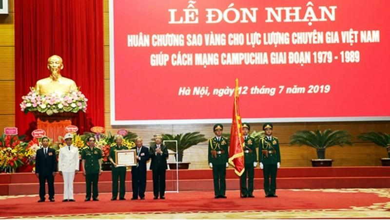 Thường trực Ban Bí thư Trần Quốc Vượng trao Huân chương Sao Vàng tặng Lực lượng chuyên gia Việt Nam giúp cách mạng Campuchia, giai đoạn 1979-1989.