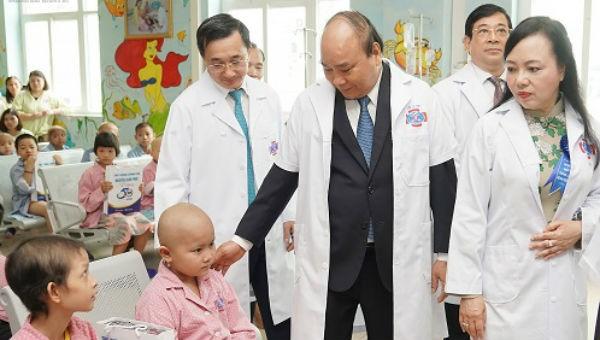 Thủ tướng thăm hỏi các bệnh nhi tại Bệnh viện K