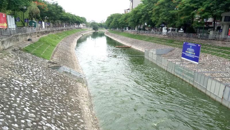 Nước sông Tô Lịch trong xanh khi được nhận 1 triệu m3 nước từ Hồ Tây.