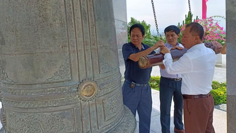 Ban Biên tập Báo PLVN thỉnh chuông tại Nghĩa trang Quốc gia Đường 9.