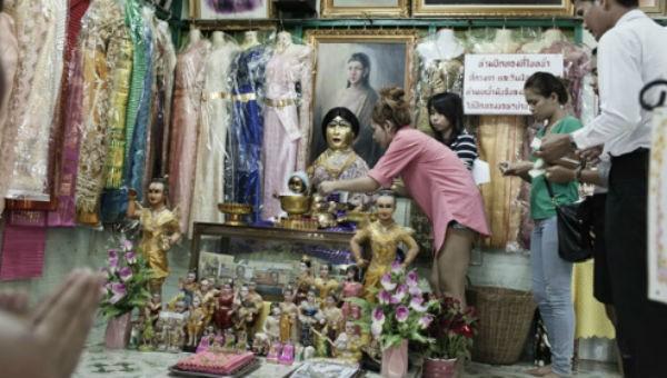Người dân Phra Khanong sau này lập một ngôi miếu thờ cho nàng Nak.