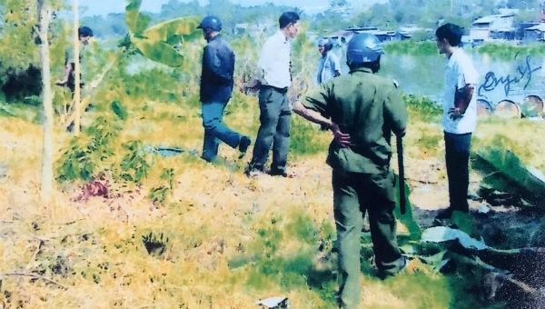 Cảnh tượng một buổi lực lượng xã Phú Ngọc chặt nhổ cây cối, hoa màu trên khu đất (Hình ảnh do bạn đọc cung cấp).