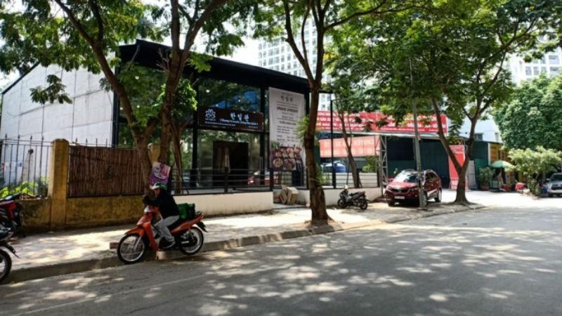 Một số nhà hàng, quán ăn, gara ô tô trên khu đất của trường.