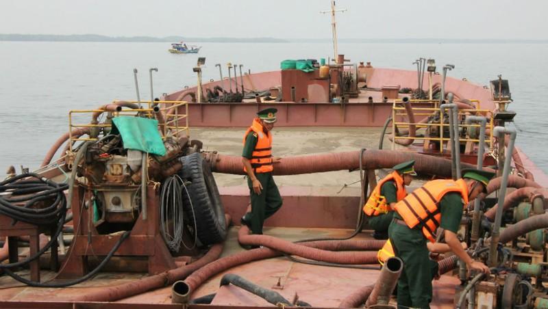 Bộ đội biên phòng kiểm tra một tàu có dấu hiệu hút cát trái phép.