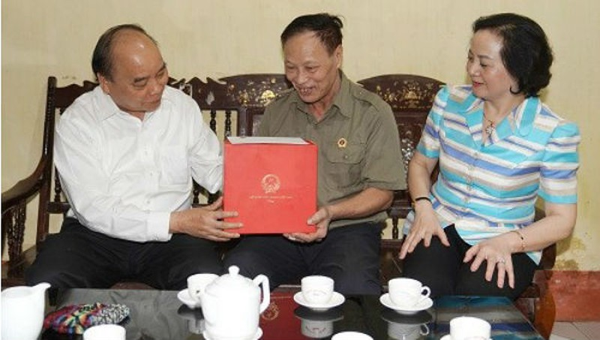 Thủ tướng Nguyễn Xuân Phúc thăm hỏi tặng quà ông Phạm Văn Tín ở  TP.Yên Bái.