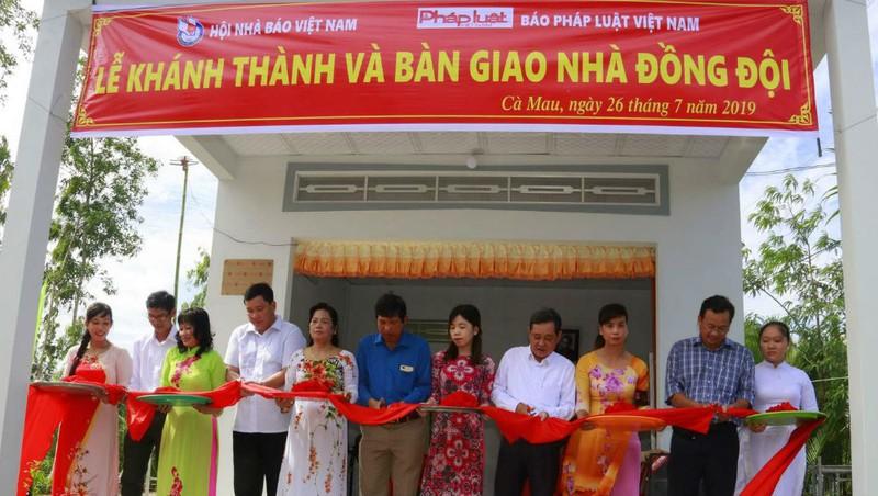 Các đại biểu cắt băng khánh thành nhà đồng đội  cho Anh hùng, Nhà báo Nguyễn Mai.