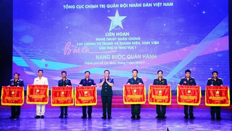 Thượng tướng Nguyễn Trọng Nghĩa trao cờ thưởng tặng các đơn vị có chương trình thi diễn xuất sắc.