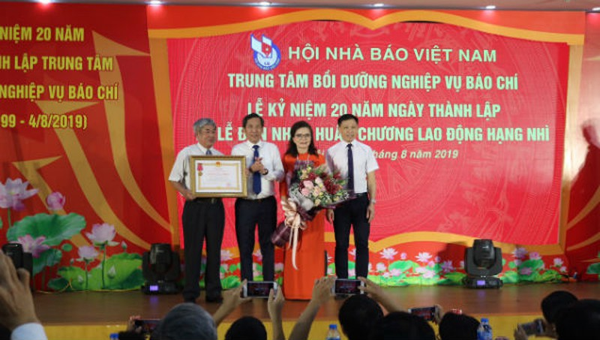 Trung tâm Bồi dưỡng nghiệp vụ báo chí đón nhận Huân chương Lao động Hạng Nhì