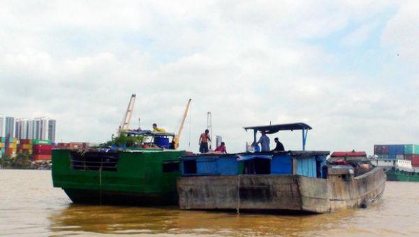 Thuyền khai thác cát trái phép trên sông Đồng Nai bị công an bắt giữ