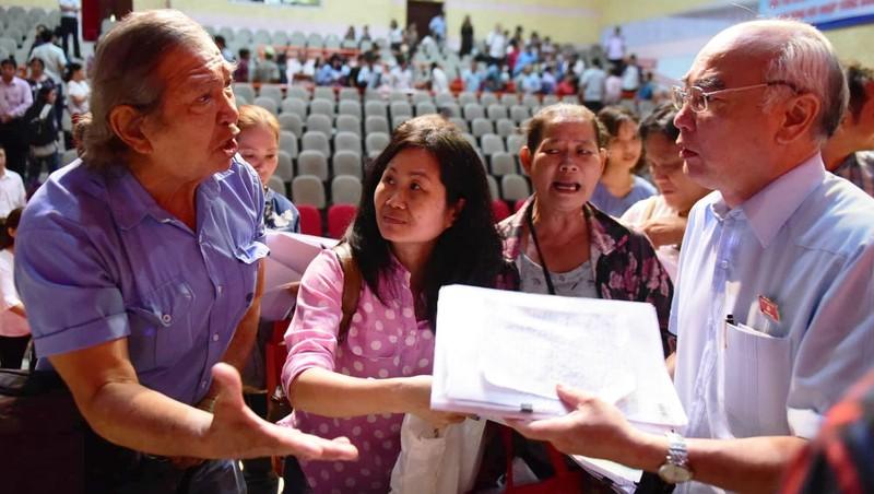 Một người dân đang trình bày bức xúc với chính quyền TP về vấn đề Thủ Thiêm.