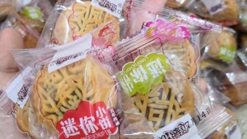 Các loại bánh Trung thu siêu rẻ có nguồn gốc từ bên kia biên giới được chào bán rầm rộ .