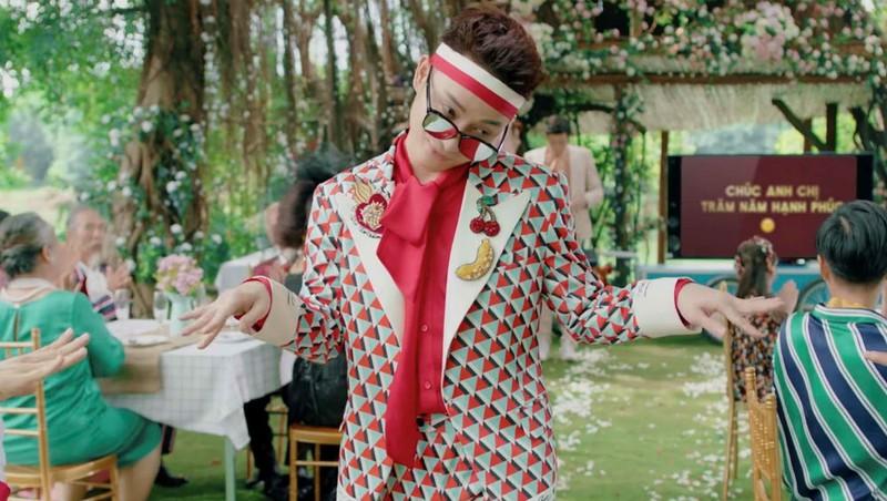 """MV """"Sáng mắt chưa"""" của Trúc Nhân tuy là sản phẩm đặt hàng của một thương hiệu nhưng lại được yêu thích vì đặc sắc."""