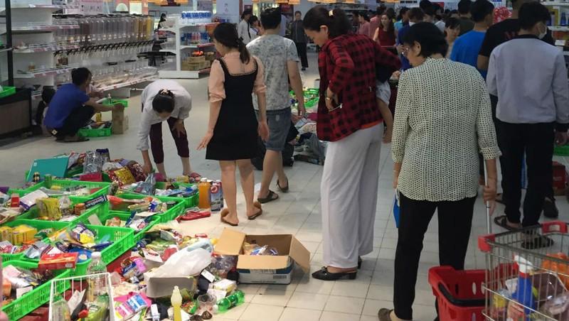 """Hình ảnh cửa hàng Nhật tan hoang vì thức ăn thừa sau cơn bão """"mua hàng sale""""."""