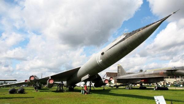 Máy bay M-50.