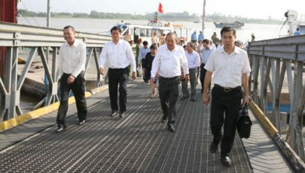 Phó Thủ tướng Trương Hòa Bình và đoàn công tác đến thị sát khu vực sạt lở.