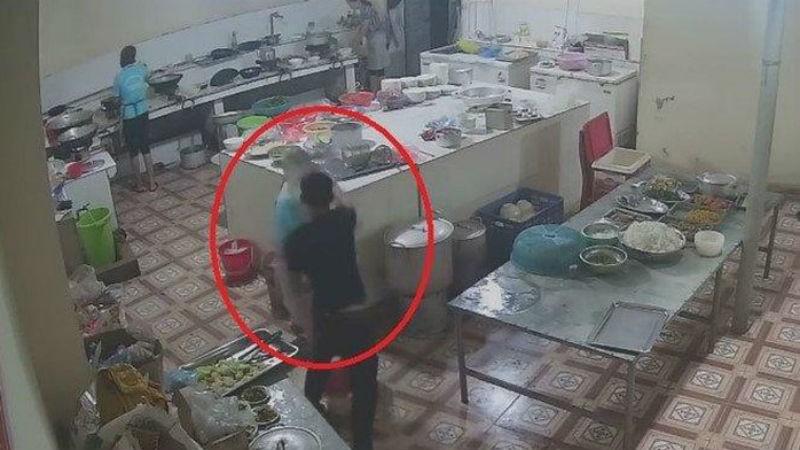 Nữ phụ bếp bị người đàn ông mặc áo đen tạt axit vào mặt
