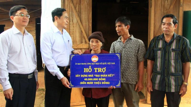 Chủ tịch Trần Thanh Mẫn trao kinh phí hỗ trợ xây nhà đại đoàn kết cho người dân