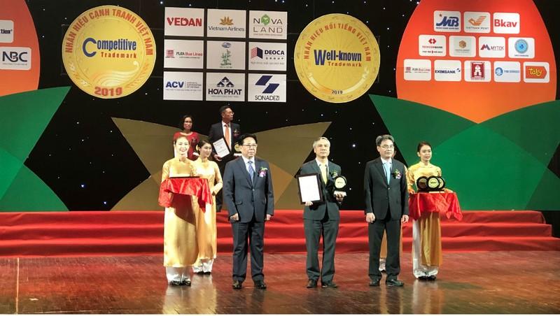 Đại diện Vietnam Post nhận giải thưởng Top 10 nhãn hiệu nổi tiếng Việt Nam