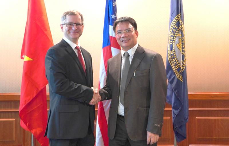 Ông Lê Đức Thuấn - Chủ tịch HĐQT Công ty Bảo Ngọc (bên phải) trong buổi ký kết hợp tác với đối tác.