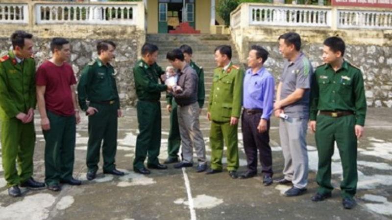 Lực lượng Công an và BĐBP trao trả nạn nhân của tội phạm mua bán người (Ảnh: BĐBP)