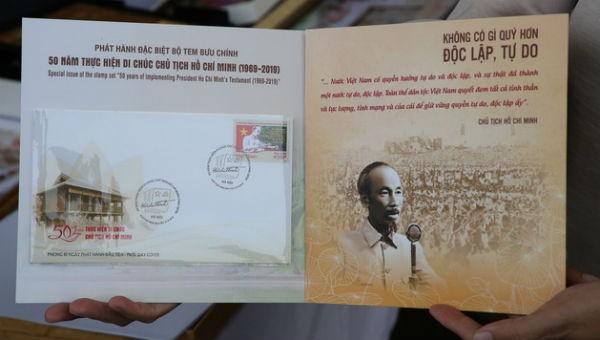 Bộ tem thể hiện hình tượng Bác Hồ đang ngồi làm việc với câu trích cuối cùng trong Bản Di chúc của Người - Ảnh: T.Hà/ Tuổi trẻ