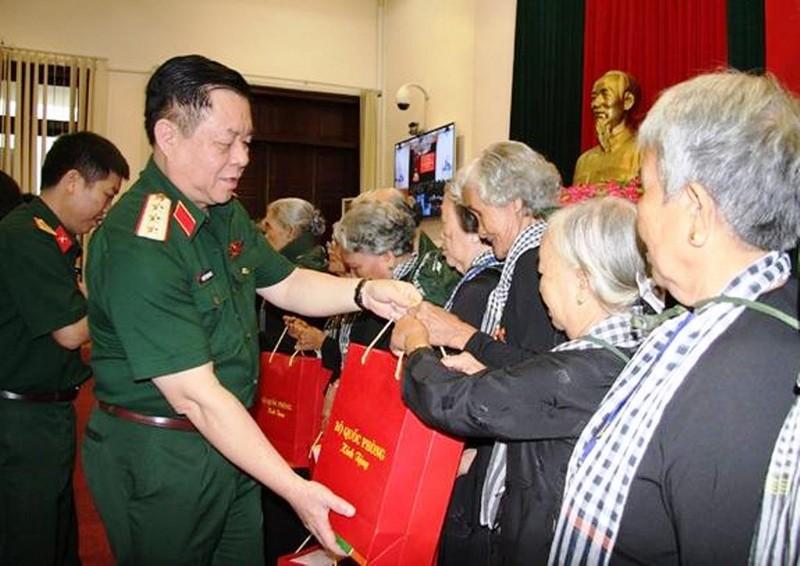 Thượng tướng Nguyễn Trọng Nghĩa trao quà của Bộ Quốc phòng tặng các đại biểu Đội quân tóc dài tỉnh Bến Tre.