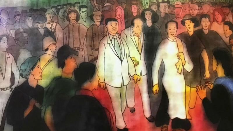 Hình vẽ cảnh cô giáo Ngài mặc áo dài trắng dẫn đầu Đoàn Đại biểu Mặt trận Việt Minh tay không tiến vào Dinh tỉnh trưởng giành chính quyền