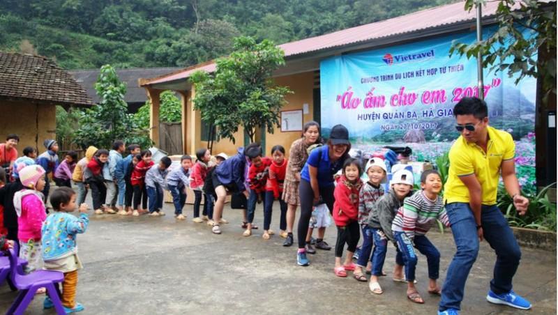 Du khách tham gia trò chơi vận động cùng các em học sinh điểm trường Tùng Pàng – Hà Giang.