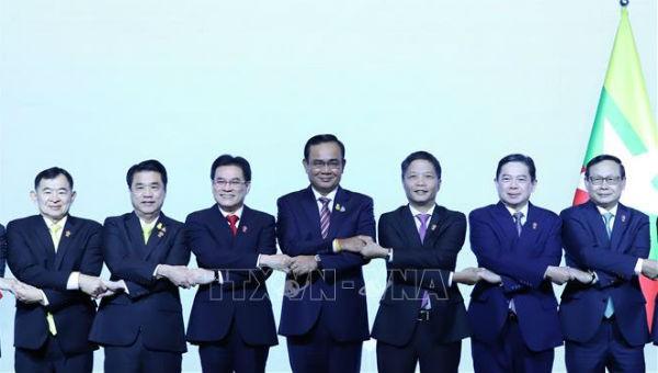 Thủ tướng Thái Lan Prayut Chan-o-cha chụp ảnh chung với các trưởng đoàn dự Hội nghị