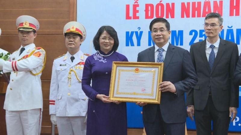Phó Chủ tịch nước Đặng Thị Ngọc Thịnh trao Huân chương Lao động hạng Nhất cho Bệnh viện Đại học Y Dược TP HCM