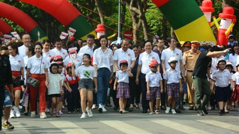 Phát động 'Đội mũ bảo hiểm cho trẻ em'