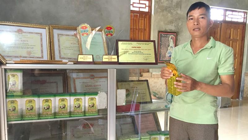 Anh Nguyễn Mạnh Thắng giới thiệu về sản phẩm của HTX chè Ngân Sơn – Trung Long
