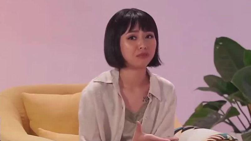 """Cô gái  tham gia chương trình game show đã liên tục """"bắn"""" tiếng Anh pha lẫn tiếng Việt trong suốt hơn 40 phút, gây khó chịu cho người xem."""