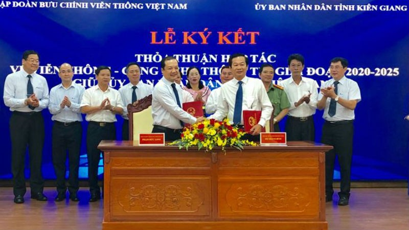 Ông Đỗ Thanh Bình - Phó Chủ tịch UBND tỉnh Kiên Giang và ông Phạm Đức Long - Tổng Giám đốc Tập đoàn VNPT ký kết Thỏa thuận hợp tác.