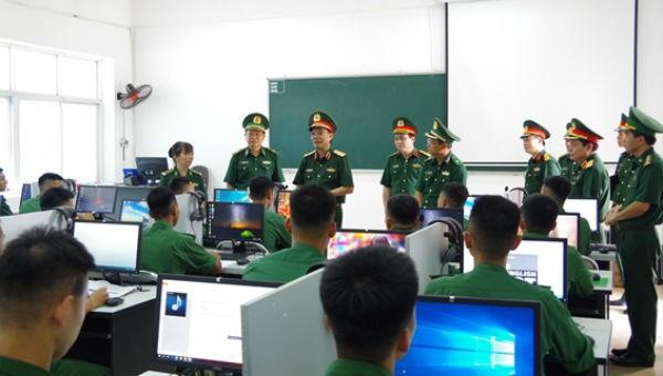 Lãnh đạo Bộ Tổng Tham mưu kiểm tra việc dạy học ngoại ngữ tại Học viện Biên phòng.  Ảnh: Duy Đông