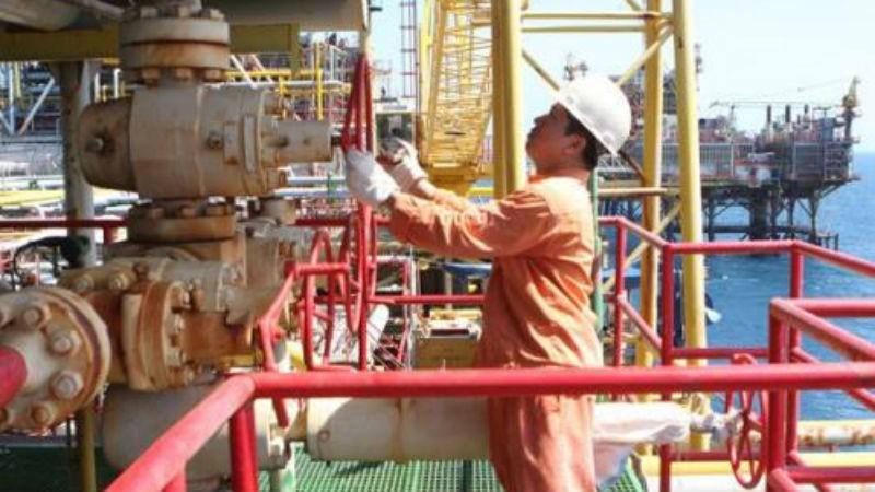 Người lao động bên dàn khoan dầu khí.