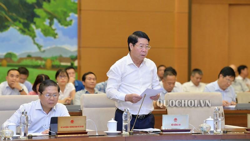 Thứ trưởng Bộ Công an Bùi Văn Nam trình bày Tờ trình của Chính phủ.