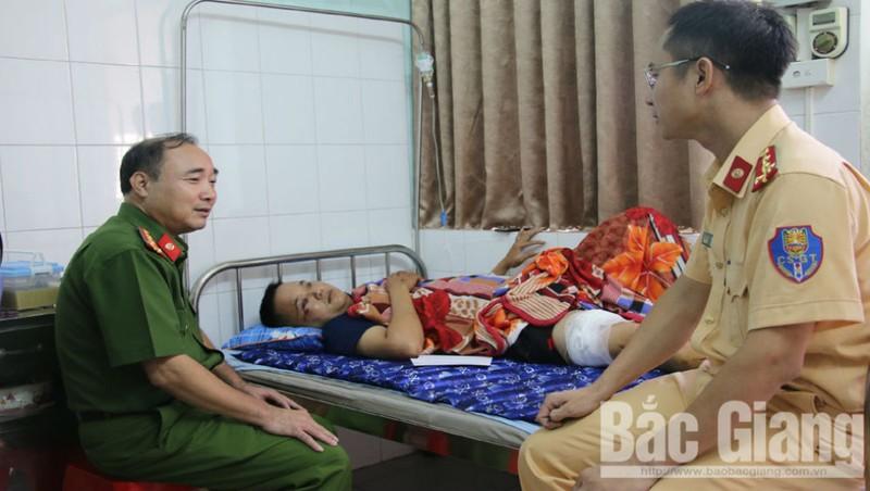 Đại tá Nguyễn Đình Hoàn, Phó Giám đốc Công an tỉnh Bắc Giang hỏi thăm sức khỏe cán bộ bị thương. Ảnh Báo Bắc Giang.