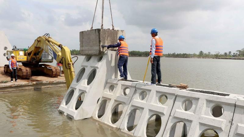 Thi công một công trình bảo vệ bờ biển tại ĐBSCL.
