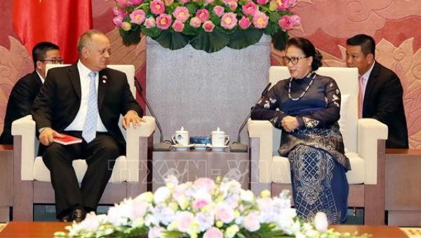 Chủ tịch Quốc hội Nguyễn Thị Kim Ngân và Phó Chủ tịch thứ nhất Đảng Xã hội chủ nghĩa Thống nhất Venezuela Diosdado Cabello