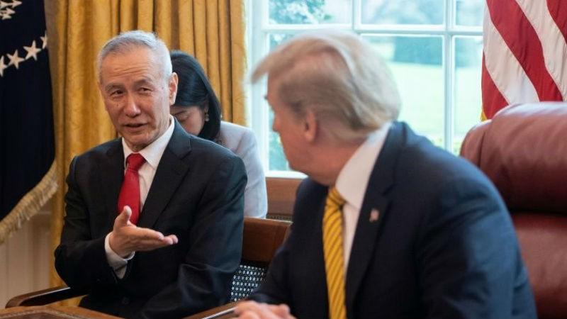 Phó Thủ tướng Trung Quốc Lưu Hạc (trái) và Tổng thống Mỹ Trump.