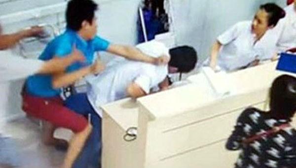 Bác sĩ bị hành hung tại bệnh viện – tự vệ hay chờ được bảo vệ?