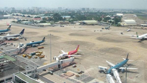 Máy bay đỗ tại sân bay Tân Sơn Nhất