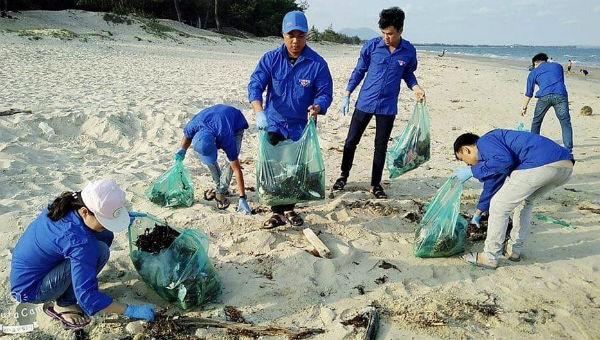 Các bạn trẻ trong một hoạt động nhặt rác tại bãi biển.