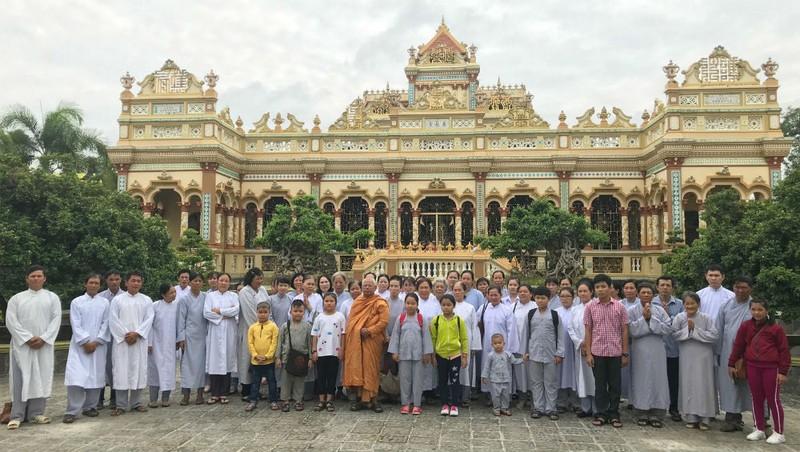 Chùa Vĩnh Tràng thu hút nhiều du khách, Phật tử đến chiêm bái.