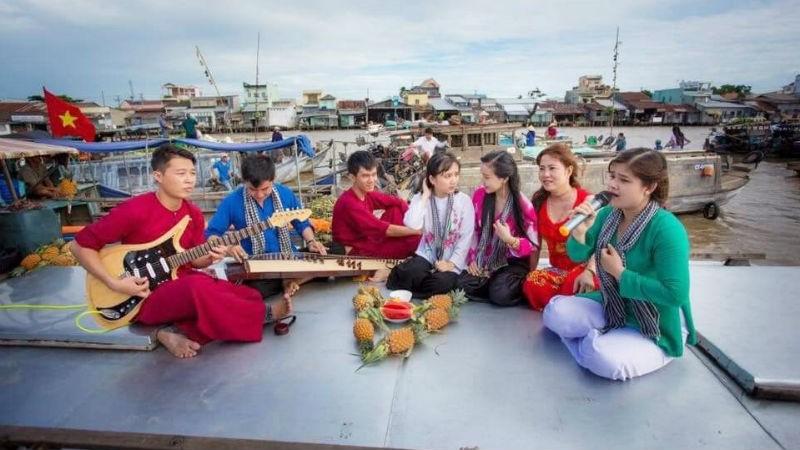 CLB tham gia biểu diễn nhân dịp chương trình Vinh danh Chợ Nổi Cái Răng (TP Cần Thơ).