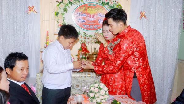 Chị bật khóc nghẹn ngào trong ngày cưới khi được em trai trao vàng trong ngày cưới. Nguồn ảnh FB nhân vật.